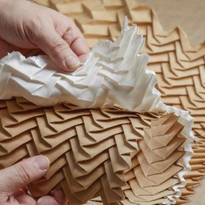 Les artisans de l'atelier plissent le tissu depuis la moitié du 19ème siècle avec les mêmes gestes et techniques.